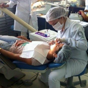 dentista que faz clareamento